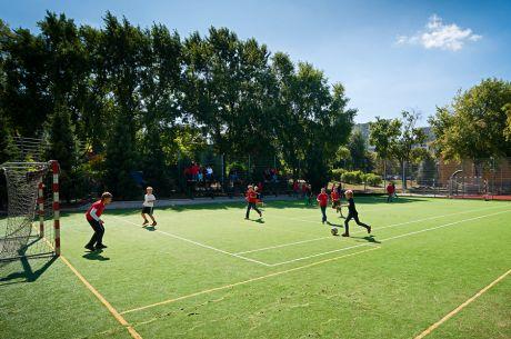 Gra w piłkę w Complex of Silesian International Schools, Polska