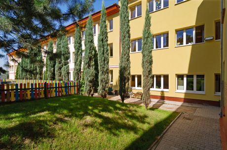 Budynek szkolny od strony boiska w Complex of Silesian International Schools, Polska